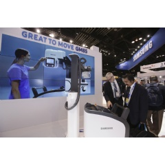 Visitors to Samsung Electronics' booth at the Radiological Society of North America's (RSNA) 2016 annual meeting in Chicago examine the GM85 mobile digital radiography (DR) system.