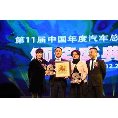 Susumu Uchikoshi(On the second left, managing director of Dongfeng Nissan Passenger Vehicle) receives COTY award from China Mainstream Media Automobile Alliance.