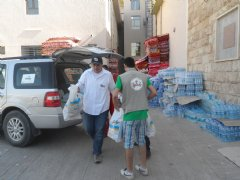 TWI and Safar personnel deliver food supplies to a local refugee shelter near Erbil, Iraq.