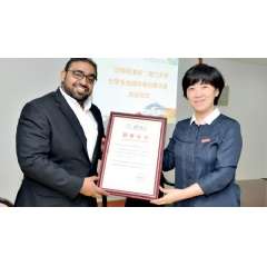 Mahir M. Showdari, Aramco Asia Chemicals director and Xiamen branch manager, received a certificate from Xiamen University after the program commencement ceremony on June 15, 2017.