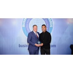 Craig S. Smith, President & Managing Director – Asia Pacific, Marriott International (left) receives the Business Traveller Asia-Pacific award from guest of honour William Tang (right).