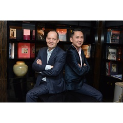 From left to right: the winners Philippe Sands and Viet Thanh Nguyen in the library of Sofitel Paris Le Faubourg