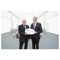 "Both recognition and incentive: Bavarian Undersecretary Johannes Hintersberger presents the ""Inclusion in Bavaria – We Work Together"" emblem to WACKER Executive Board member and Personnel Director Dr. Christian Hartel"