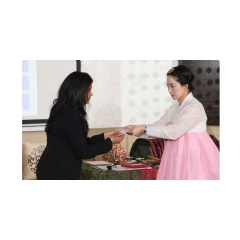 In Dubai, participants learned business practices in the Korean culture, including the exchange of business cards.