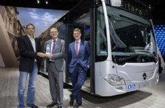 From left to right: Sascha Böhnke, Omnibusrevue; Hartmut Schick, Head of Daimler Buses; Till Oberwörder; Head of Marketing, Sales & Aftersales Daimler Buses