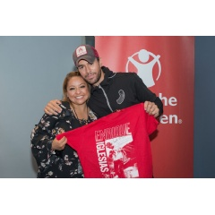 Enrique Iglesias meets Sheila Gutierrez Romero, who teaches children enrolled in Save the Children's Healing and Education for the Arts or HEART program in Mexico City, backstage at his concert in Las Vegas. Photo by Susan Warner/Save the Children.