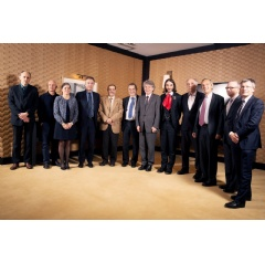 Atos CEO Thierry Breton surrounded by Nobel prize laureate in Physics Serge Haroche, Fields Medal laureate Cédric Villani, Daniel Estève, Alain Aspect, David DiVincenzo, Artur Ekert and the members of the managing team of Atos Quantum