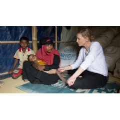 UNHCR Goodwill Ambassador Cate Blanchett meets 28-year-old Jhura who fled Myanmar with her two children when her village was attacked six months ago. © UNHCR/Hector Perez