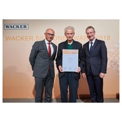 Professor Herbert W. Roesky (center) was distinguished with the WACKER Silicone Award 2018. He was congratulated by WACKER Executive Board member Auguste Willems (r) and WACKER SILICONES President Dr. Robert Gnann.