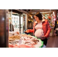 "A new study by the Barcelona Institute for Global Health (ISGlobal), an institution supported by ""la Caixa"", highlights the importance of eating a diet rich in lean and fatty fish during the first months of pregnancy. © Shutterstock Sue Wetjen."