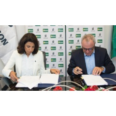 Nora Wahby, Head of Ericsson West Africa and Morocco, and Patrick Pisal Hamida, CEO, Telma, signing the contract.