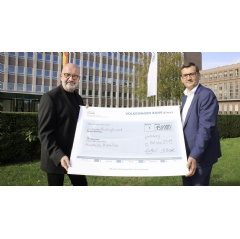 Gunnar Kilian (right) and Bernd Osterloh with the symbolic check for the donation of €150,000 to the International Auschwitz Committee