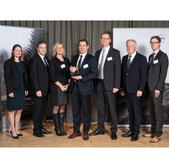 Dr. Kai-Udo Modrich receiving the Volvo Cars VQE Award for ZEISS in Gothenburg, Sweden.